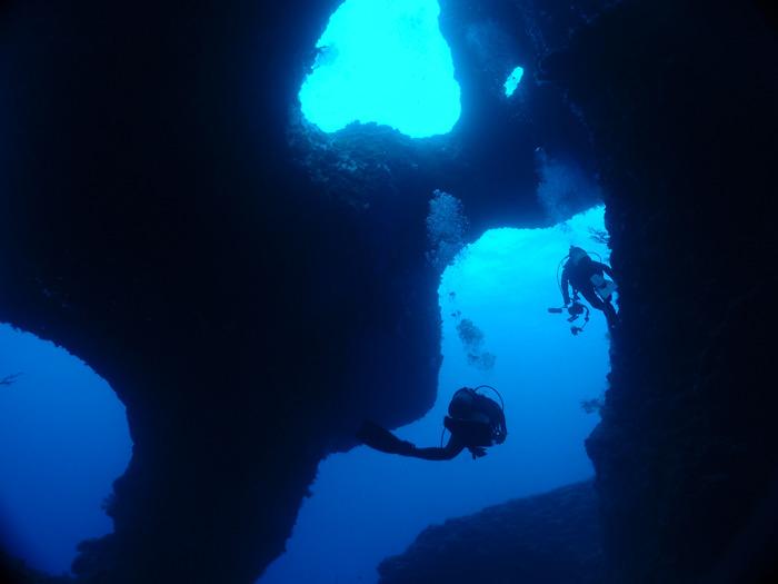 日本の宮古島では地形ダイビングを楽しめる