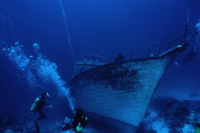 いろんな場所に沈船スポットがある。