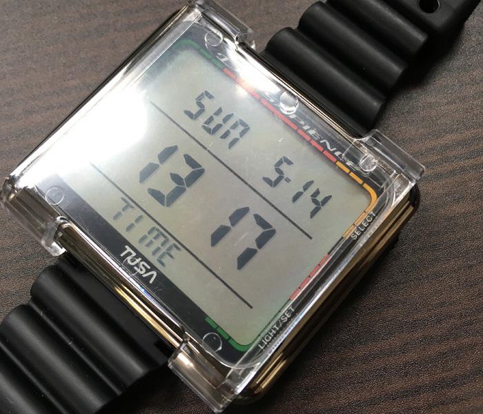液晶画面に水深、時間、水温などダイビング中に必要な情報が表示される。