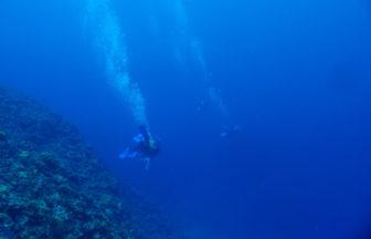 ドロップオフの下からの潮の流れ