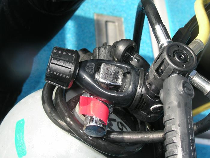 セッティング間違え。よく見るとタンクの空気出口にファーストステージをバルブ裏面が接続されている